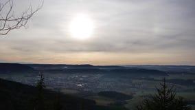 Zonsondergang, mening van de bergen aan steden en bergen stock video