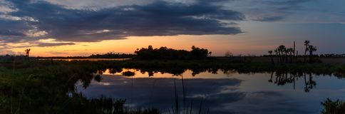 Zonsondergang in Merritt Island National Wildlife Refuge, Florida stock foto's