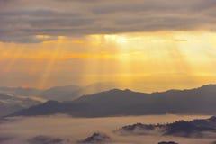 Zonsondergang met berg Stock Foto's