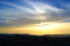 Zonsondergang met bergen op de horizon Royalty-vrije Stock Afbeelding