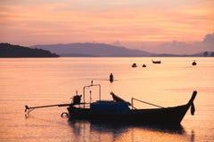 Zonsondergang met boot Stock Afbeeldingen