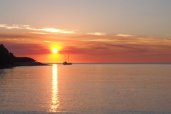 Zonsondergang met boot en zon bij Fannie-baai Stock Fotografie