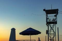 Zonsondergang met de postsilhouet van de het levenswacht De zomerachtergrond royalty-vrije stock fotografie