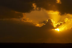 Zonsondergang met Donkere Wolken stock fotografie