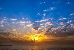 Zonsondergang met dramatische wolken Stock Fotografie