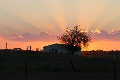 Zonsondergang met een draai van het Land Royalty-vrije Stock Foto's