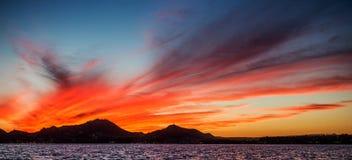 Zonsondergang met een overweldigende mooie hemel boven de stad van Cabo San Lucas mexico Overzees van Cortez Royalty-vrije Stock Afbeeldingen