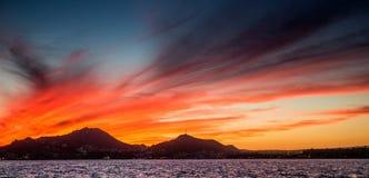 Zonsondergang met een overweldigende mooie hemel boven de stad van Cabo San Lucas mexico Overzees van Cortez Stock Foto