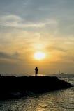 Zonsondergang met eenzame vrouw Royalty-vrije Stock Foto