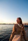 Zonsondergang met het meisje Stock Foto