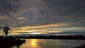 Zonsondergang met het overweldigen van wolken in de stad van Uglich stock foto