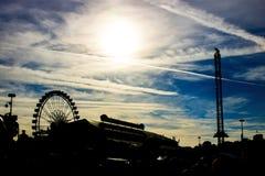 Zonsondergang met het silhouet van het meest oktoberfest in München stock afbeeldingen