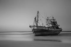Zonsondergang met houten vissersboot in Thailand Stock Foto