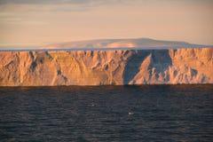 Zonsondergang met ijsberg in tabelvorm Royalty-vrije Stock Afbeeldingen
