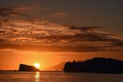 Zonsondergang met ijsbergen royalty-vrije stock afbeelding
