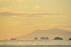 Zonsondergang met ijsbergen stock fotografie