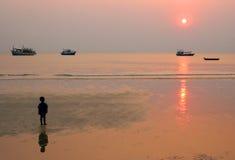 Zonsondergang met jongen stock afbeelding