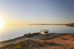 Zonsondergang met kampeerauto bij oceaankust 1 Royalty-vrije Stock Fotografie