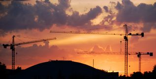 Zonsondergang met Kranen Stock Foto