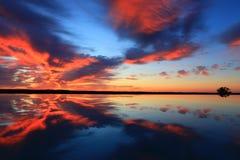 Zonsondergang met mooie bezinningen Stock Afbeelding