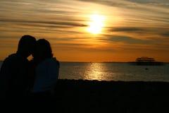 Zonsondergang met paar Royalty-vrije Stock Fotografie