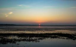 Zonsondergang met reservoir Stock Foto