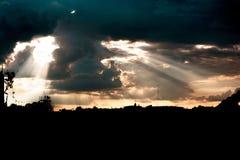 Zonsondergang met vele wolken en zonstralen royalty-vrije stock afbeelding