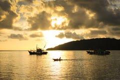Zonsondergang met Visser Boats bij achtergrond Royalty-vrije Stock Foto