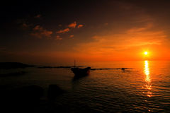 Zonsondergang met vissersboot stock fotografie