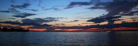 Zonsondergang met Vissersboten op het Meer Stock Afbeelding