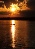 Zonsondergang met Vissersboten op het Meer Stock Foto's