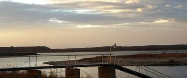 Zonsondergang met Vissersboten op het Meer Royalty-vrije Stock Afbeelding
