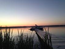 Zonsondergang met Vissersboten op het Meer Stock Foto