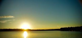 Zonsondergang met Vissersboten op het Meer Stock Fotografie