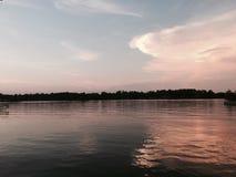 Zonsondergang met Vissersboten op het Meer stock afbeeldingen