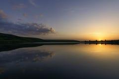 Zonsondergang met Vissersboten op het Meer royalty-vrije stock foto
