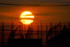 Zonsondergang met volledige zon, romantische achtergrond Stock Foto's