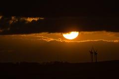 Zonsondergang met windmolens Stock Foto's