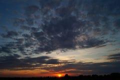 Zonsondergang met wolken Stock Afbeeldingen
