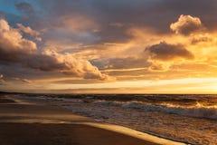 Zonsondergang met wolken Royalty-vrije Stock Foto's