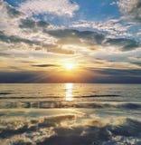 Zonsondergang met wolken Stock Fotografie