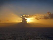 Zonsondergang met wolken bij Heligoland-Eiland Stock Foto