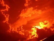 zonsondergang met wolken bij nacht Royalty-vrije Stock Afbeelding