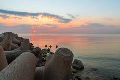Zonsondergang met zon en zonnestralen op zee Stock Foto