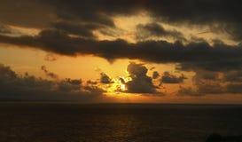 Zonsondergang met zwarte wolken Stock Foto's
