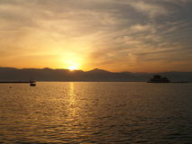 Zonsondergang in Mooie Gouden Hemel over het Egeïsche Overzees Stock Foto's