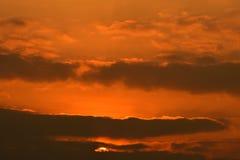 Zonsondergang Mooie gouden wolken in de zonsondergang stock fotografie