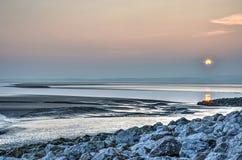 Zonsondergang, mudflats en rotsen royalty-vrije stock foto