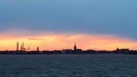 Zonsondergang na een stormachtige dag over een strandboulevard Stock Foto's