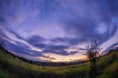 Zonsondergang na streng regenonweer met dramatische wolken royalty-vrije stock foto's